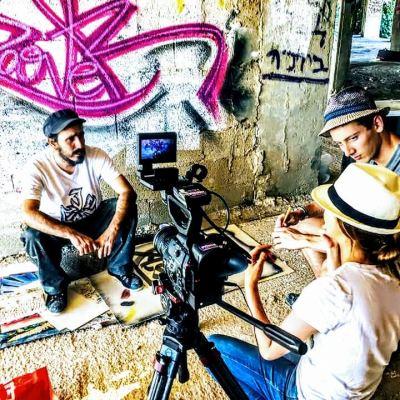 L'équipe de tournage avec l'artiste Dan Groover